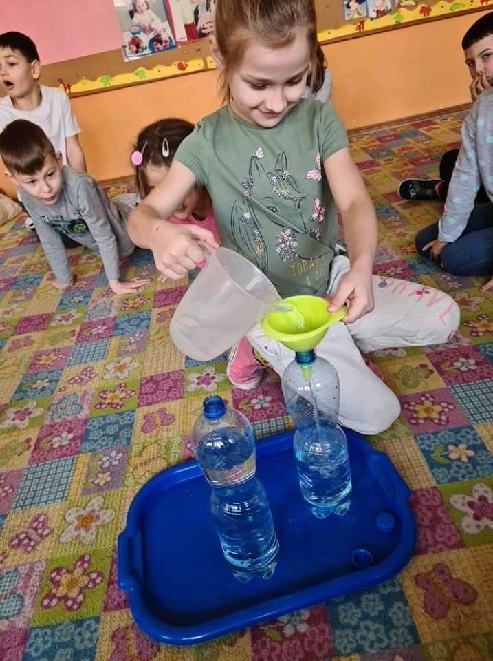 Wlewanie wody do butelki- porównywanie objętości