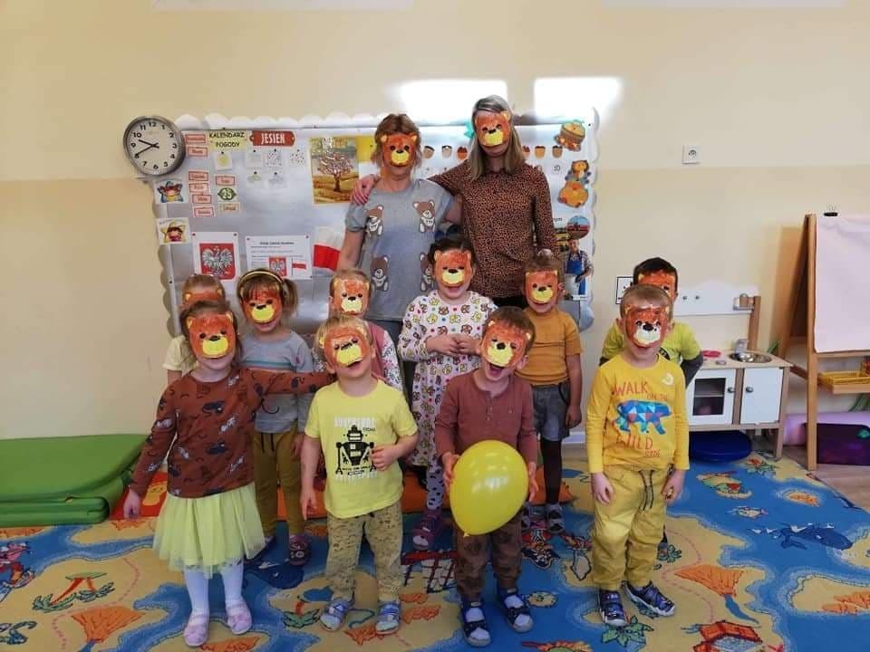 Dzieci w wykonanych przez siebie misiowych maskach