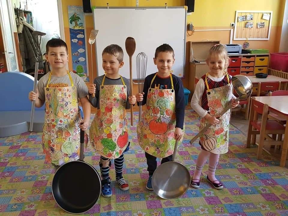 Dzieci w ramach jednego z zadan tworzyły projekt fartucha kuchennego